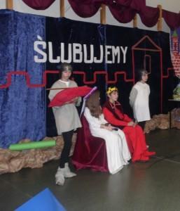 Książę Bolesław i księżna Jolanta czekają na pasowanie naszych uczniów