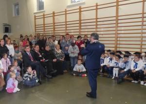 Prezydent Miasta, Janusz Pęcherz, rozmawia z dziećmi i ich rodzicami