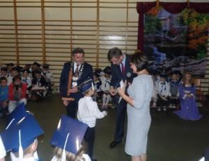 Prezydent i wiceprezydent gratulują uczniom klas pierwszych