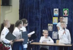 W tle portrety nauczycieli naszej szkoły wykonane przez uczniów klas 4-6