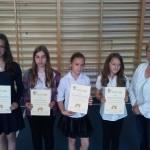 Te uczennice zostały nagrodzone za stuprocentową frekwencję